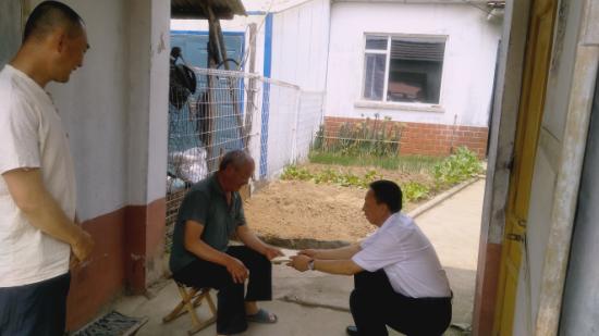 池南区领导走访慰问贫困党员和五保户代表